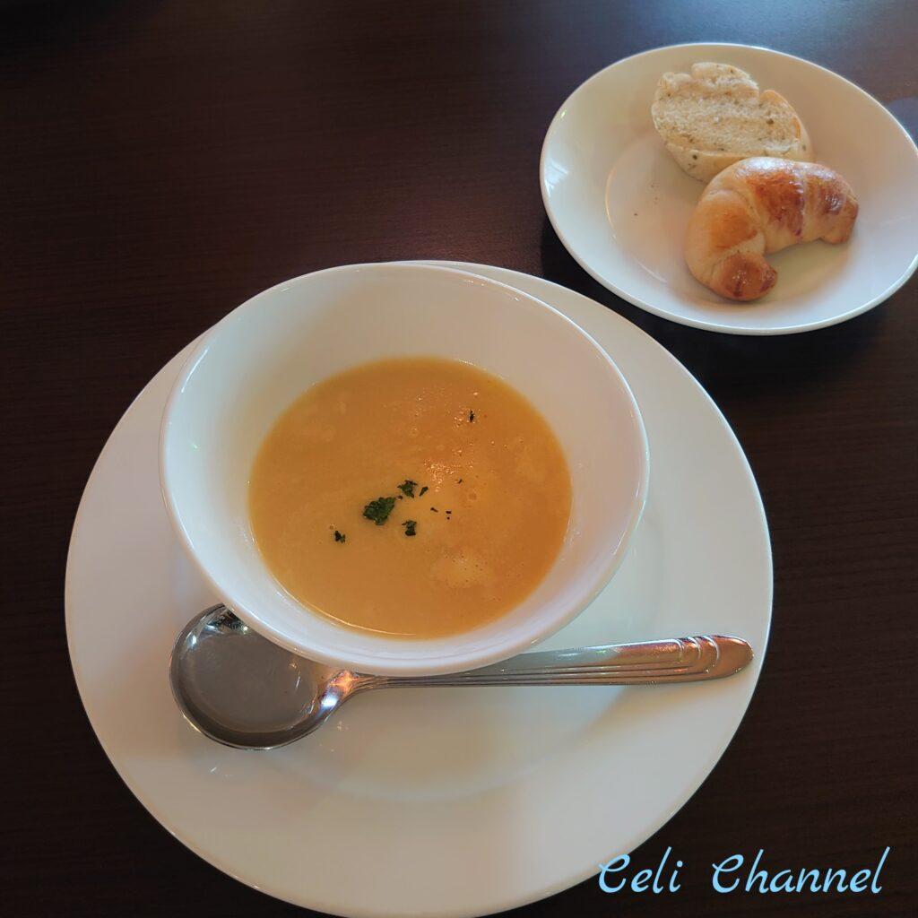 那覇市リストランテ アルティジャーノのスープと自家製パン